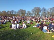 Povos em Hyde Park Leeds no protesto 420 a fazer campanha para o decriminalization do cannabis no Reino Unido Foto de Stock Royalty Free