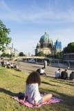 Povos em James-Simon Park em Berlim, Alemanha Imagem de Stock Royalty Free