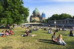 Povos em James-Simon Park em Berlim, Alemanha Fotos de Stock Royalty Free