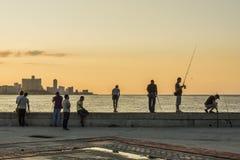 Povos em Malecon no por do sol Havana Foto de Stock
