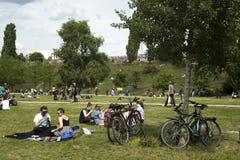 Povos em Mauerpark, Berlim, Alemanha fotografia de stock