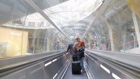 Povos em passeio movente no aeroporto, Paris vídeos de arquivo