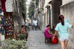 Povos em ruas de Hoi An, Vietname fotos de stock