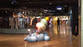 Povos em Siam Shopping Mall em Banguecoque, Tailândia video estoque