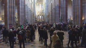 Povos em St Vitus Cathedral em Hradcany, Praga filme