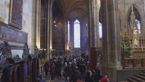 Povos em St Vitus Cathedral em Hradcany, Praga video estoque