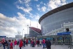 Povos em torno da arena do estádio - Yekaterinburg em Rússia imagem de stock