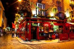 Povos em torno do bar vermelho famoso no distrito da barra do templo em Dublin fotografia de stock