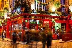 Povos em torno do bar vermelho famoso no distrito da barra do templo em Dublin fotos de stock royalty free
