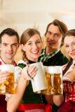 Povos em Tracht bávaro no restaurante fotos de stock royalty free