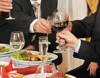 Povos em um álcool da bebida do banquete. Imagem de Stock