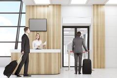 Povos em um aeroporto Imagens de Stock Royalty Free