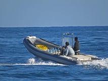 Povos em um barco do bote Dois homens no mar fotografia de stock