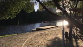Povos em um barco no por do sol video estoque