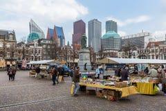 Povos em um bookmarket perto das construções holandesas do governo em Haia Imagem de Stock