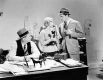Povos em um escritório que falam em um telefone da vara da vela (todas as pessoas descritas não são umas vivas mais longo e nenhu Foto de Stock