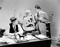 Povos em um escritório que falam em um telefone da vara da vela (todas as pessoas descritas não são umas vivas mais longo e nenhu Imagens de Stock