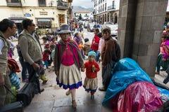 Povos em um mercado de rua em Cuzco, Peru Imagens de Stock Royalty Free