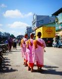 Povos em um mercado rural em Yangon, Myanmar Imagem de Stock