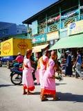 Povos em um mercado rural em Yangon, Myanmar fotos de stock
