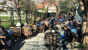 Povos em um restaurante do ar livre em Atenas filme