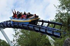 Povos em um roller coaster no parque do Europa fotografia de stock