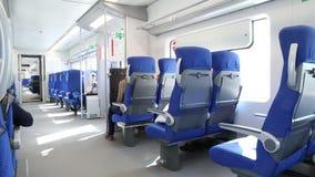 Povos em um trem no círculo de Moscou ou no CCM central vídeos de arquivo