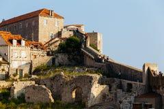 Povos em uma parede protetora na cidade velha de Dubrovnik, Croácia Foto de Stock