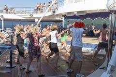 Povos em uma plataforma do navio de cruzeiros Fotografia de Stock