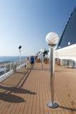 Povos em uma plataforma do navio de cruzeiros Imagem de Stock Royalty Free