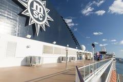 Povos em uma plataforma do navio de cruzeiros Imagem de Stock