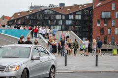 Povos em uma ponte na ponte Inderhavnsbro da bicicleta de Copenhaga Imagens de Stock Royalty Free