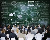 Povos em uma reunião com conceitos sociais dos meios imagem de stock