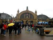 Povos em uma rua que tome para o estação de caminhos de ferro de Francoforte fotografia de stock royalty free