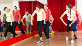 Povos energéticos na lição da coreografia Fotografia de Stock