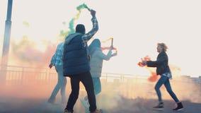 Povos entusiasmado com as granadas de fumo colorido vídeos de arquivo