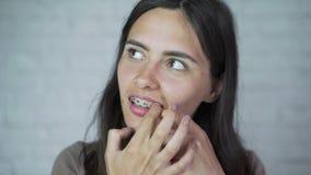 Povos, expressão e conceito da emoção - jovem mulher de sorriso feliz com cintas video estoque