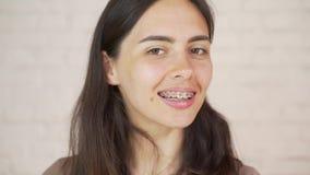 Povos, expressão e conceito da emoção - jovem mulher de sorriso feliz com cintas filme