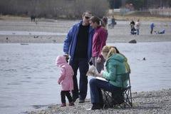 Povos, família que descansa na caminhada do rio, conversa imagens de stock