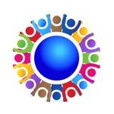 Povos felizes e bem sucedidos do logotipo dos trabalhos de equipa em torno do mundo ilustração do vetor