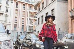 Povos fora da construção do desfile de moda de Alberta Ferretti para Milão Fotos de Stock
