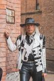 Povos fora da construção do desfile de moda de Alberta Ferretti para Milão Imagem de Stock