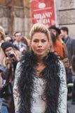 Povos fora da construção do desfile de moda de Alberta Ferretti para Milão Fotografia de Stock Royalty Free