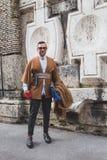 Povos fora da construção do desfile de moda de Alberta Ferretti para Milão Imagens de Stock Royalty Free