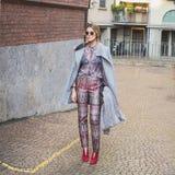 Povos fora da construção do desfile de moda de Alberta Ferretti para Milão Fotos de Stock Royalty Free