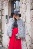 Povos fora da construção do desfile de moda de Alberta Ferretti para Milão Foto de Stock Royalty Free