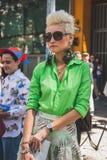 Povos fora da construção do desfile de moda de Armani para a arrelia de Milan Men Fotos de Stock Royalty Free
