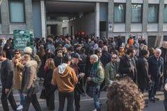 Povos fora da construção do desfile de moda de Armani para a semana de moda 2015 de Milan Men Fotos de Stock
