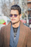 Povos fora da construção do desfile de moda de Armani para a semana de moda 2015 de Milan Men Fotos de Stock Royalty Free