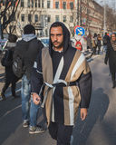 Povos fora da construção do desfile de moda de Armani para a semana de moda 2015 de Milan Men Imagens de Stock Royalty Free